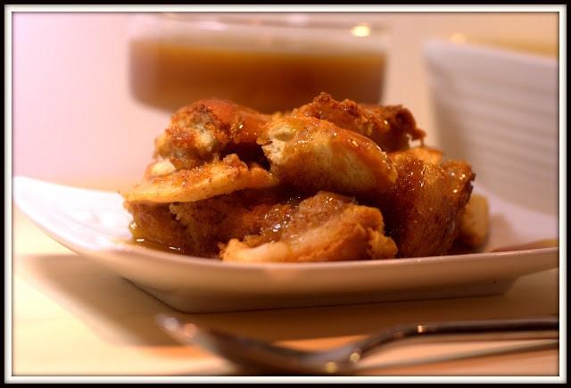 Pouding au pain et aux pommes, sauce butterscotch et rhum - Cinq Fourchette