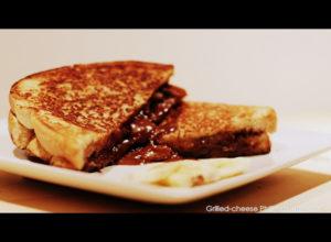 Le meilleur déjeuner au lit : grilled cheese au Philadelphia au chocolat rempli de bananes! - Cinq Fourchettes