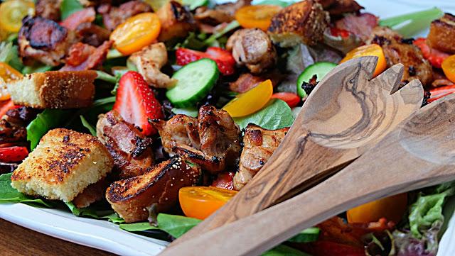 Salade de poulet et croûtons au bacon - Cinq Fourchettes