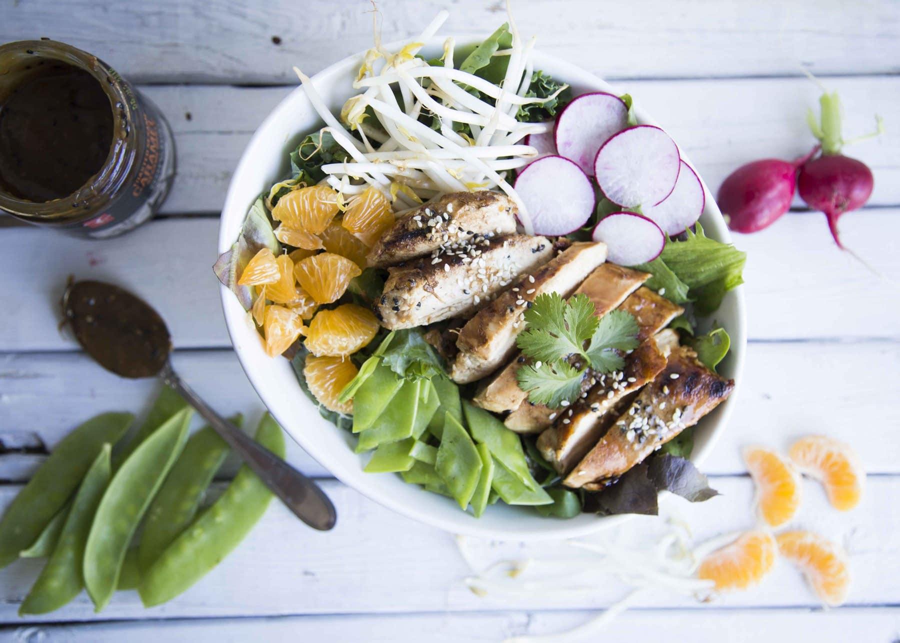 Salade au poulet grillé et sa vinaigrette à l'orange et à la sauce dessert au caramel et au sésame grillé PC Collection noire /Cinq Fourchettes