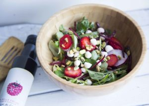 Salade de fraises, bocconcini et vinaigrette à la framboise / Cinq Fourchettes