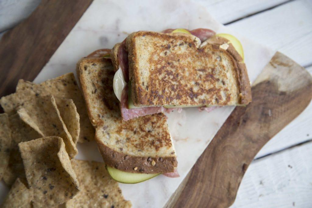 Grilled cheese au salametti et cornichons 100% québécois ! / Cinq Fourchettes