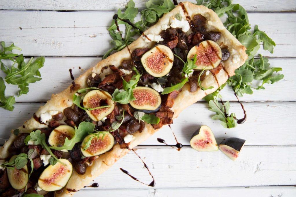 Tarte feuilletée chèvre, bacon, oignons, figues et roquette / Cinq Fourchettes