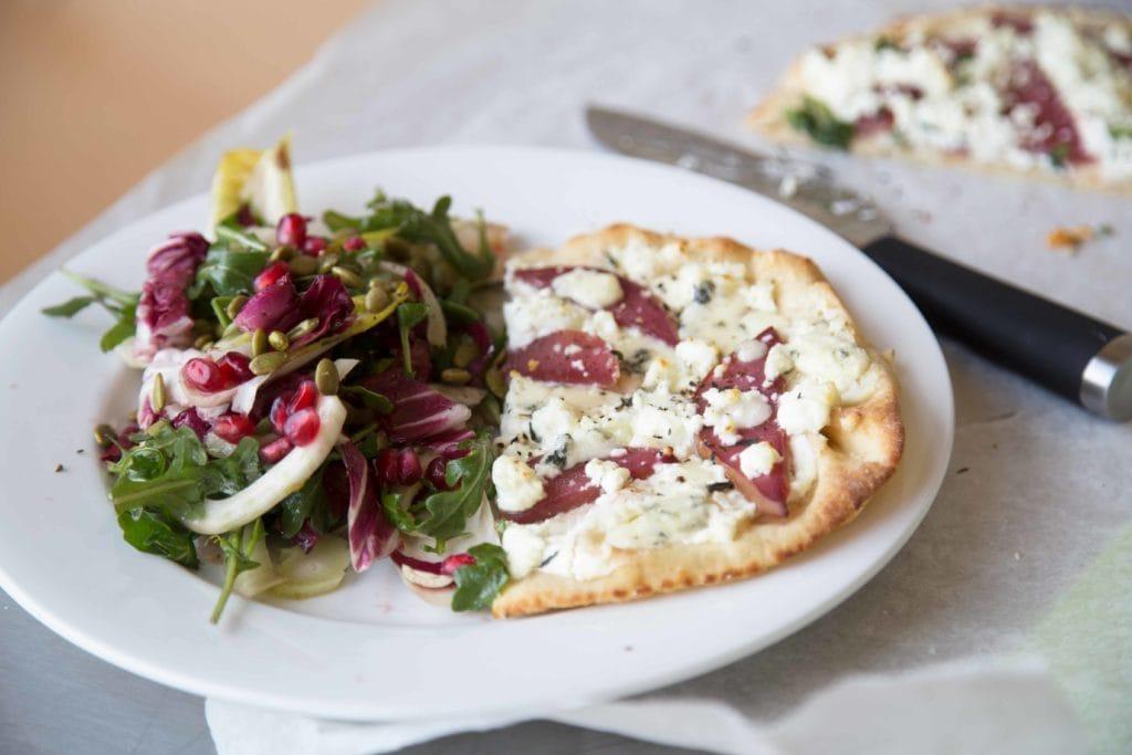 Pizza aux deux fromages et salade de roquette à la pomme grenade ! / Cinq Fourchettes