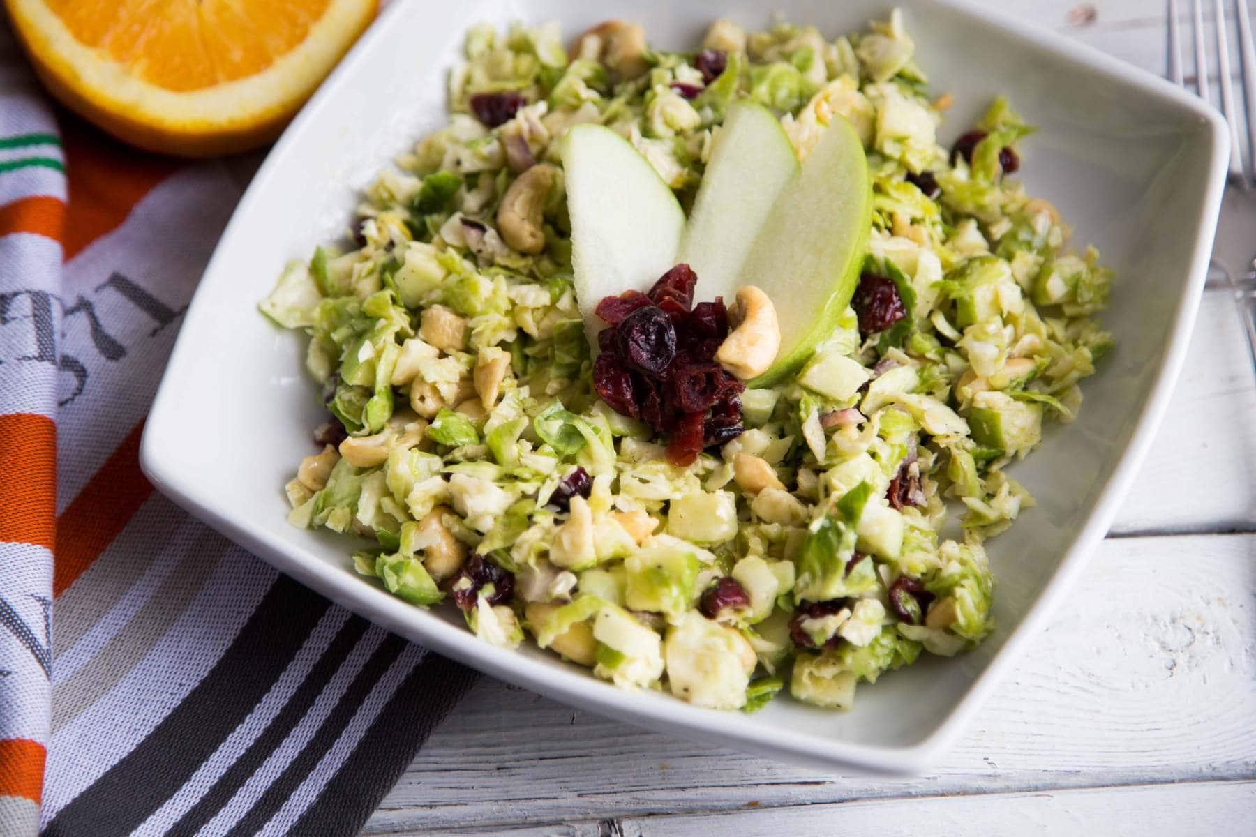 Salade de choux de Bruxelles, pommes, noix et canneberges / Cinq Fourchettes