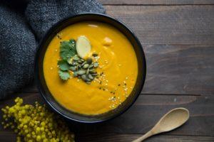 Potage aux choux-fleurs grillés, carottes et gingembre