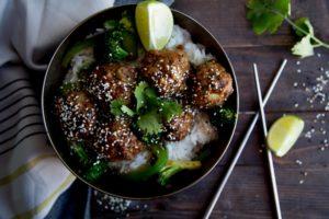 Boulettes à l'asiatique sur lit de riz / Cinq Fourchettes