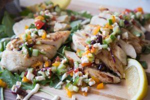 Poitrines de poulet grillées avec salsa à la grecque / Cinq Fourchettes