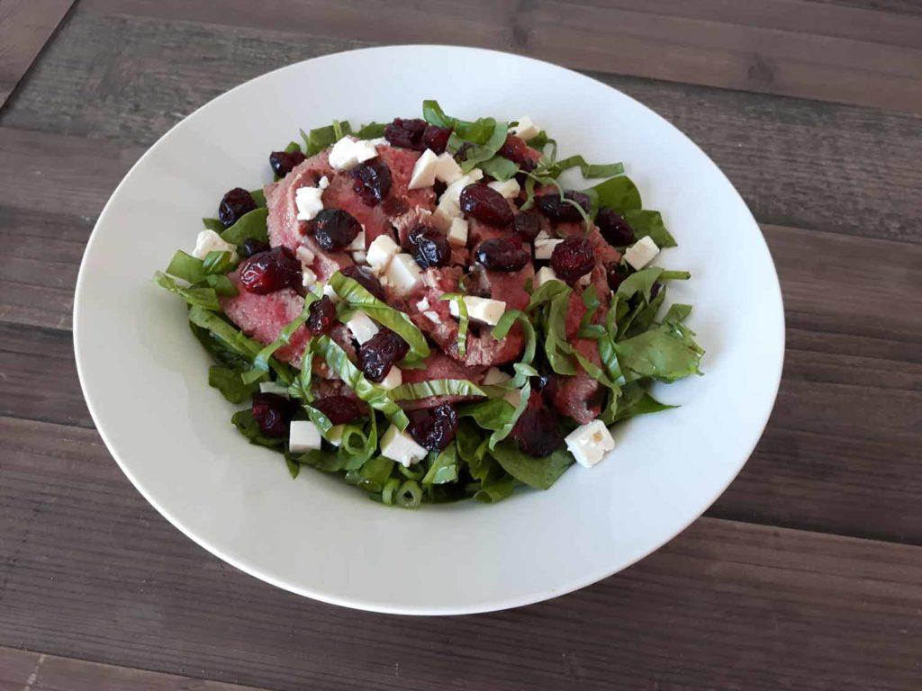 Salade d'épinards, bœuf, feta et canneberges Cinq Fourchettes