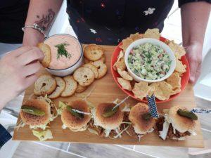 Soirée de filles : 3 recettes, 1 rosé et de l'inspiration déco ! / Cinq Fourchettes mousse de saumon fumé burger de porc effiloché au instant pot salsa de concombres