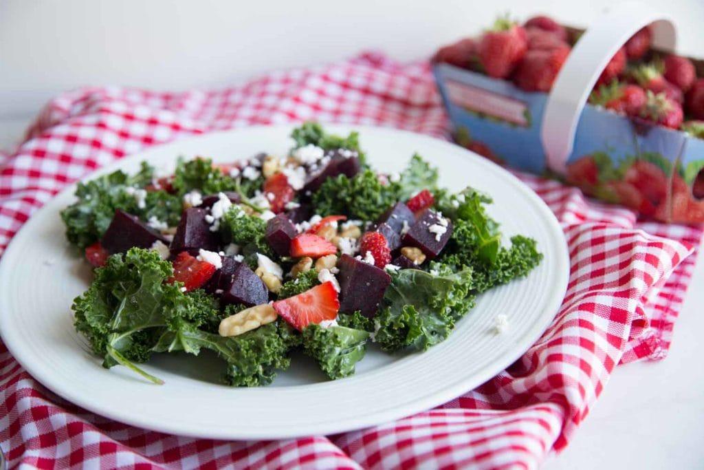 Salade de kale, fraises, betteraves et feta Cinq Fourchettes