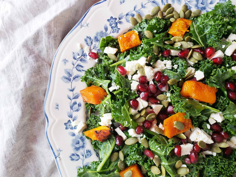 Salade de kale à la courge, à la grenade et aux graines de citrouille Cinq Fourchettes
