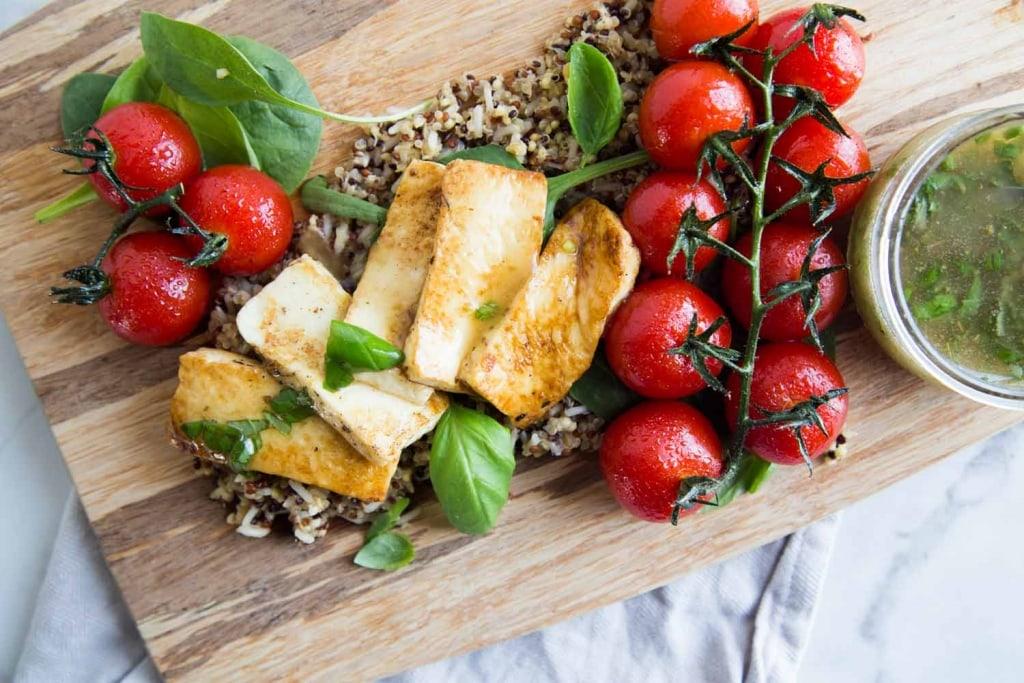 Salade avec fromage grillé et tomates grillées Cinq Fourchettes