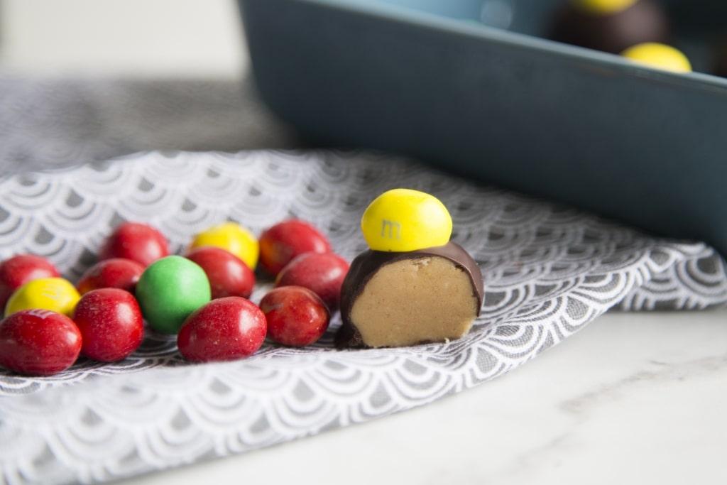 Boules de chocolat au beurre d'arachide et M&M Cinq Fourchettes