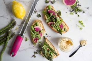 Tartines d'houmous, asperges, radis et citron Cinq Fourchettes